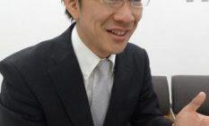 インタビューに答える小林氏-2men