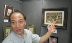 立体画の作品を紹介する秋吉さん