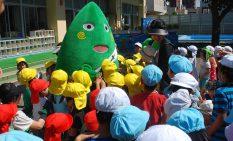園児たちに応援を呼び掛けたヤマトン=大和市の草柳保育園