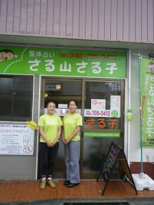 明るい外観の店舗で佐藤さん(左)と進藤さん