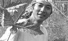 大型オクラの大きな葉を前に久保代表