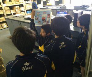 日相印刷で校正を体験する中学生