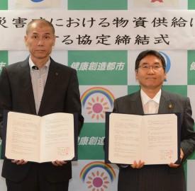 協定を締結した秋山工場長(左)