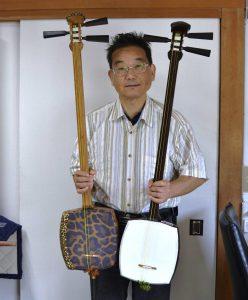 「リプル」を張った三味線を持つ小松社長