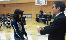 大木市長から免許証を受け取る児童