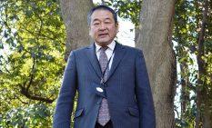 「るーたんの森」に立つ渋谷社長
