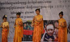 クメールの伝統舞踊を披露する子供