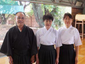 (左から)尾場瀬、衣笠、辻本さん