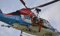 オホイスト救助の訓練に参加した川崎市消防局の防災ヘリ =3日、相模原市・淵野辺公園隣接地上空
