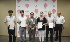 5社の代表者と石阪市長(左から3人目)