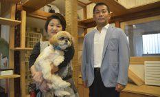 キャットルームでオーナーの岩崎さん(左)と田中社長