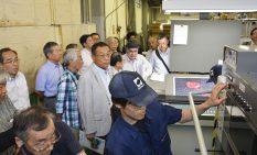 新印刷機を見学する講演会参加者ら