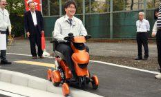 完成した模擬道路で実験した外出支援ロボット