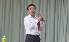 演壇に立つ松岡氏