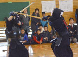 激しく競り合う少年剣士たち=相模原市・田名小体育館