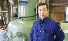 新たに導入した堅型真空炉と荻野社長
