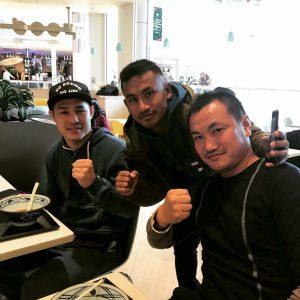 右から岡川さん、マクンダラ選手、近藤さん