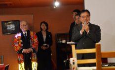 あいさつに立った一関市の勝部市長(左)と町田市の石坂市長