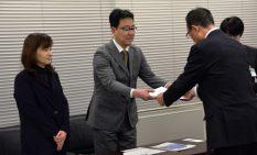 加山市長から認定証を受け取る企業の代表者