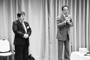 来賓として挨拶する加山市長(右)と井上会長=4月20日、市立産業会館
