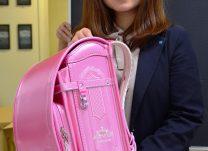 人気の女の子向けランドセルを持つ上田さん