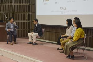外国人留学生に質問する唐橋部長(左から1人目)