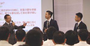 日本人と外国人の社員が協力した発表