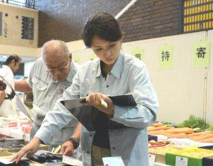 夏野菜を品評する審査員