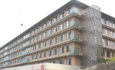 新棟建設用地から見た本棟=川崎市麻生区