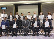 加山市長(前列中央)を囲む認定企業の代表者