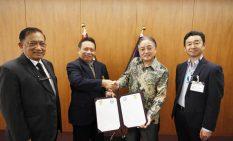 ヌルマンティオ会長と握手を交わす石阪市長