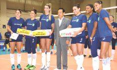 加山市長(中央)との記念撮影に応じ津代表選手