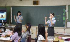 グランドスタッフの仕事を説明する田中さん(左)ら