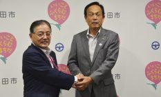 東京五輪の協力に向けて握手を交わす両市町