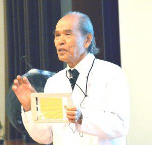 金箔を使った実験を見せる伊藤理事長