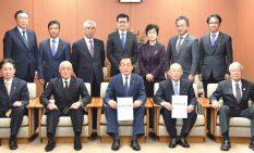 加山氏(前列中央)を囲む自民党相模原市議団の議員