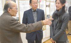 涌田さん(左)と話す譲さんと蘭さん(右)