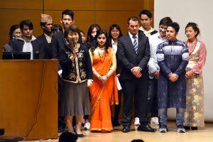 出身国の伝統衣装を着た外国人留学生たち