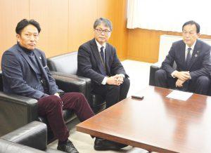 加山市長(右)と話す原監督(左)と藤田教授