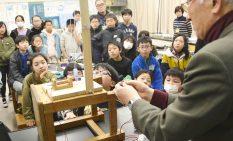 田中さんの実験を熱心に観察する児童ら