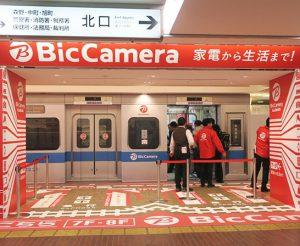 小田急電鉄の車両を喪模したエレベーターホール