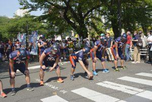 市内スポーツチームも参加したパレード