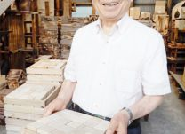 積み木の木箱を持つ吉田社長