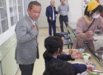 無料食堂の子供と接する本村市長