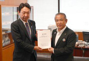 上野政務官(左)に要望書を手渡す本村市長