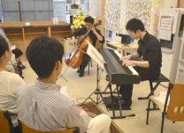 来場者の目の前で演奏するプロの音楽家