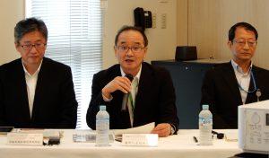 記者会見に応じる梶野社長(写真中央)