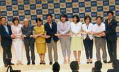 公開討論会の終了後に握手を交わす立候補予定者(写真時点)10人