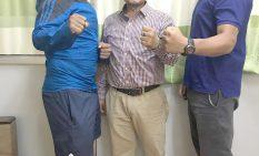 写真左から、ムクンダラ・マハラジャン選手、プレンドラ・ラクヘNOC副委員長、岡川智行さん