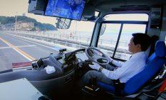 自動運転で江の島大橋を渡るバス